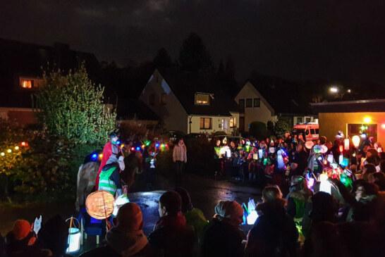Laternenfest und Dudelsack: Martinsumzug des Comenius-Kindergartens mit 250 Besuchern