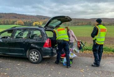 Von Küchenstuhl bis fehlendem Kindersitz: Polizei kontrolliert auf Parkplatz an der B83