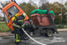 Containerfahrzeug fängt während der Fahrt Feuer