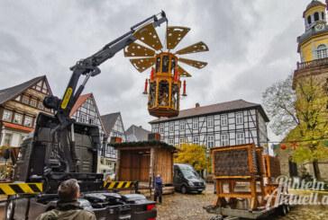 Adventszauber-Aufbau läuft: Rintelner Weihnachtspyramide steht bereits auf dem Marktplatz