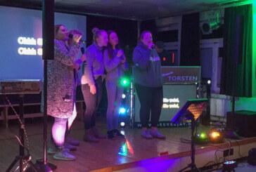 Glückliche Gesichter beim Karaoke im Mehrgenerationenhaus