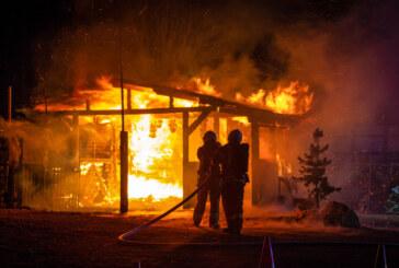 Volksen: Feuerwehr löscht brennende Gartenhütte