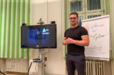 Cyber Security Experte René Hippen informiert bei der LVM Versicherungsagentur Heiko Vieth über Sicherheit im Netz