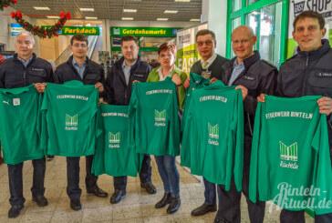 Bescherung für Ortsfeuerwehr Rinteln: Marktkauf spendet 30 Trainingsanzüge für Feuerwehrleute