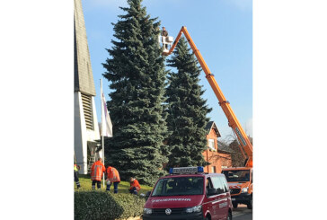 Weihnachtsbaum im Kirschendorf durch Jugendfeuerwehr geschmückt
