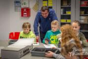 Grundschüler experimentieren mit Licht