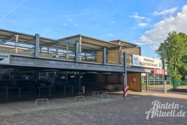 BMX-Radler beschädigen Schranke am Parkhaus