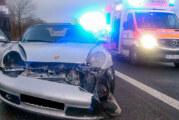 Porsche prallt auf B65 gegen Passat: Zwei Kinder leicht verletzt