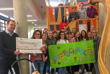 Schüler des Beruflichen Gymnasiums Rinteln überreichen 4.860,99 Euro an Kinderkrebsstation