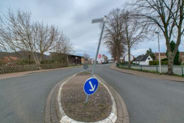 Schildermast und Verkehrszeichen beschädigt