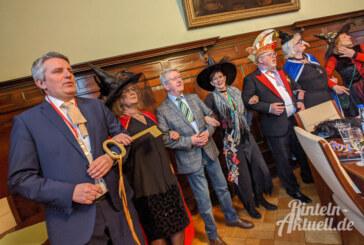 Rathausschlüssel erobert: Rintelner Hexen auf Krawattenjagd
