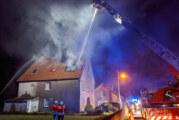 Ahe: Feuerwehr löscht brennendes Wohnhaus / drei Menschen gerettet