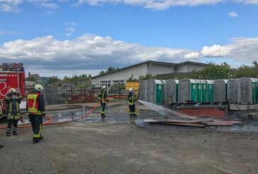 Feuerwehreinsatz: Mit Holz beladener Anhänger brennt im Industriegebiet