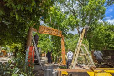 Rinteln: Riesiges und rustikales Holzportal weist den Weg zum Weserdorf