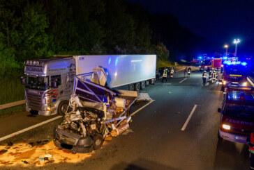 Schwerer Unfall auf A2 bei Veltheim: Kleinlaster-Fahrer aus Fahrzeug geschleudert und schwer verletzt