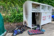 Feuerwehr löscht Brand in Altkleidercontainer