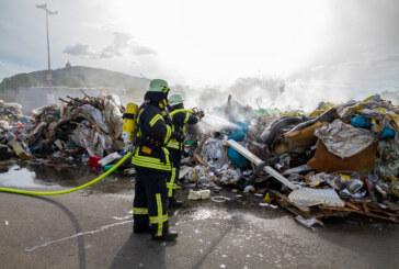 Müll auf LKW gerät in Brand