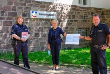 1. Platz bei Firmensportabzeichen-Wettbewerb: Polizei Rinteln überreicht Spende an Kinderschutzbund