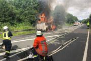 LKW-Anhänger mit Paketen auf B83 in Flammen