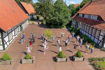 """Sozialpädagogische Assistenten feiern """"unterm Kirschbaum"""""""