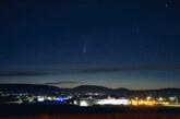 Komet Neowise am Nachthimmel über dem Wesertal