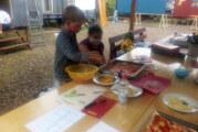 Kinder der Wellenreiter-Gruppe verschönern in Exten ihren Bauwagen