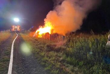 Uchtdorf: Feuerwehr löscht brennende Strohballen