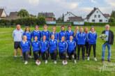 Volksbank in Schaumburg sponsert Trainingsjacken für Frauenfußballteam des TSV Eintracht Exten