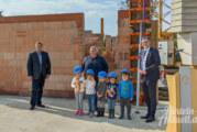 Klabauternest-Neubau: Kita-Kinder verewigen sich bei Grundsteinlegung