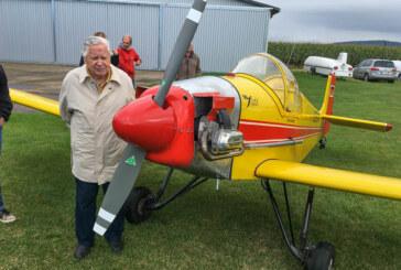 """Selbstgebaute Flugzeuge landen in Rinteln: 100-jähriger Konstrukteur der """"Stark Turbulent"""" beim """"Fly In"""" dabei"""