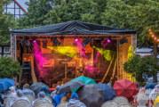 Kultur auf dem Kirchplatz: Verregneter Auftakt bei Theater und Musical-Show