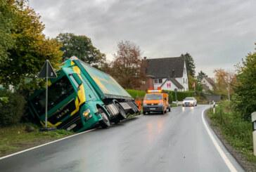 Dankerser Straße: LKW in Graben gerutscht