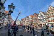 Rinteln: Feuerwehr hebt frisch vermähltes Paar mit der Drehleiter ins Eheglück