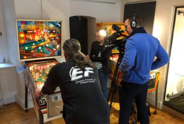 """Dreharbeiten im Museum: """"SAT.1 regional"""" besucht Flipper-Ausstellung"""