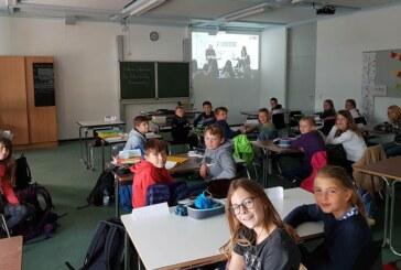 Digital dabei: 5. und 6. Klassen des Ernestinums nehmen an Live-Autorenlesung von Andreas Steinhöfel teil