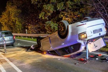 Schwerer Unfall auf B238: Auto landet auf dem Dach, drei Schwerverletzte