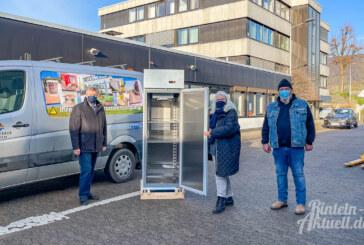 Energiesparend kühlen: Stadtwerke Rinteln spenden Gefrierschrank an Tafel