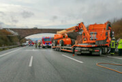 A2: LKW verkeilt sich in Leitplanke