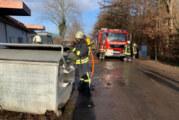 Rinteln: Feuerwehr löscht brennenden Müllcontainer am WEZ-Markt