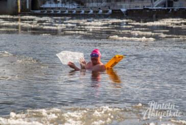 Eisschwimmer Marcus Reineke dreht eine Runde in der kalten Weser