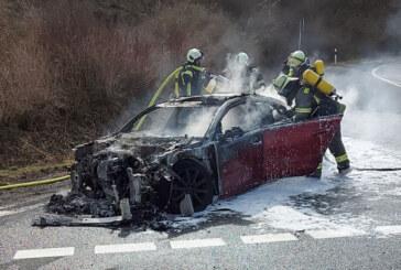 Feuerwehr löscht brennenden Wagen auf Autobahnabfahrt
