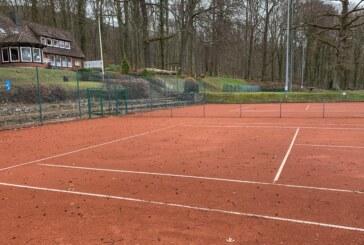 """Saisonvorbereitung beim Tennisverein Rot-Weiß Rinteln: """"Ziegelrot"""" aufgebracht"""