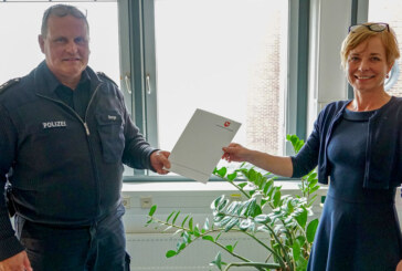 Belobigung für zwei Rintelner Polizeibeamte: Mann aus verqualmter Wohnung gerettet