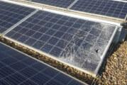 Unbekannte klettern auf Dach des Gymnasiums und zerstören Photovoltaik-Elemente