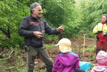 """Strücken: Baumpflanzaktion mit Kindern des Waldkindergartens """"Heidestrolche"""""""
