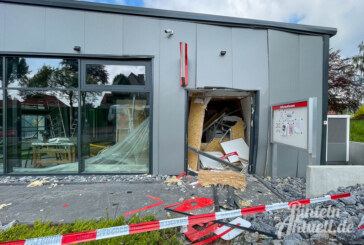 Deckbergen: Sparkassen-Geldautomat gesprengt, Räuber lassen Sprengstoff am Tatort zurück