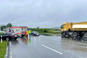 B83: Audi prallt beim Abbiegen gegen LKW
