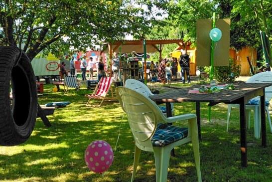 Tag der offenen Tür: Kinder und Jugendliche zeigen Gästen ihr Bauwagen-Grundstück