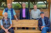 Volksbank in Schaumburg sponsert zwei Eichenbänke für Wennenkamp