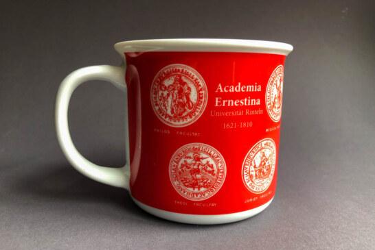 Rinteln: Museum Eulenburg stellt zum Jubiläumsjahr der Academia Ernestina Kaffeebecher mit Universitätslogo vor